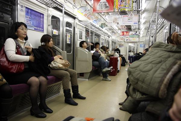 電車上的日本人,幾乎都穿深色系的服裝,我們兩個奇裝異服一看就知道是外國人