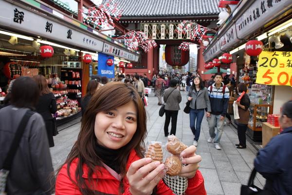 淺草寺這很有名的就是人形燒,包紅豆餡還蠻好吃的,日幣3個100還算可以接受