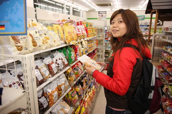 日本便利商店的東西爆貴,100日幣起跳,不過裡面賣的無印良品的商品還不貴